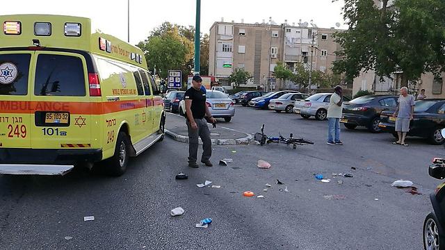 """רוכב אופניים בן 60 נהרג מפגיעת רכב (צילום: תיעוד מבצעי מד""""א) (צילום: תיעוד מבצעי מד"""