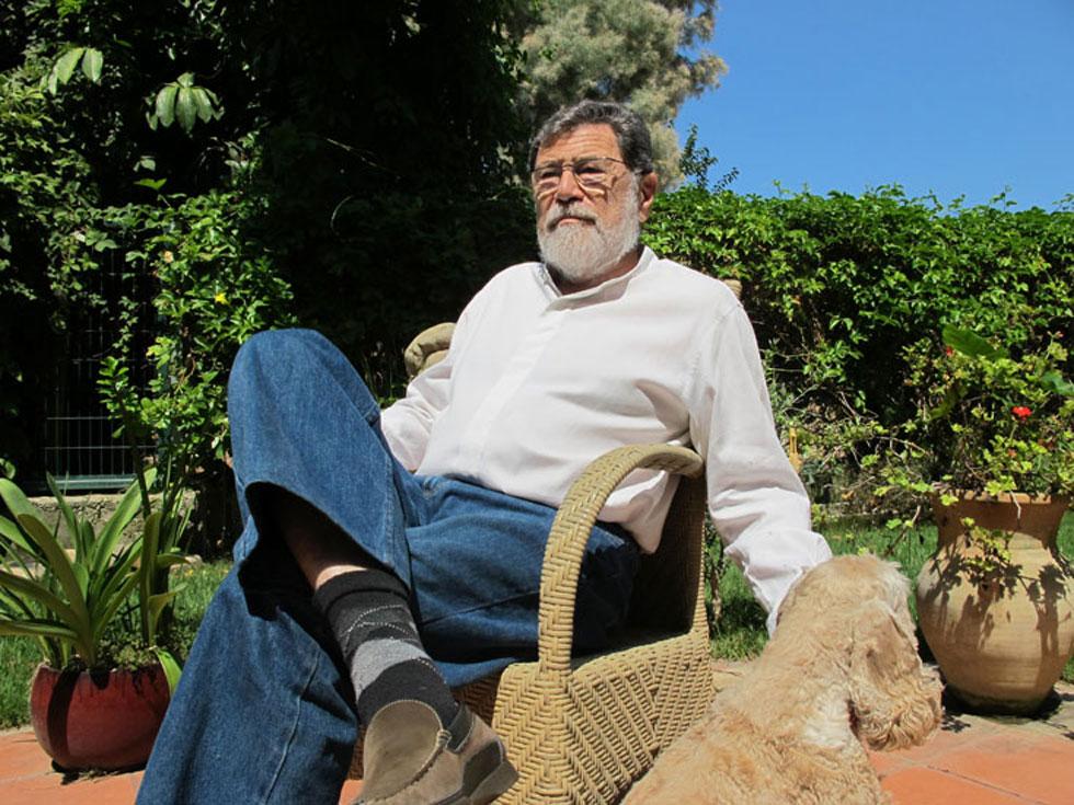 """סעדיה מנדל בגינת ביתו בהרצליה פיתוח, בראיון שנערך עימו ב-2011, לקראת יום הולדתו ה-80. """"הרבה שנים אמרו שאדריכלים לא יכולים להיות לוחמים, אבל אני מנסה לשלב, ואין ספק שאני משלם את המחיר בגלל הפה הגדול שלי"""", אמר אז (צילום: מיכאל יעקובסון)"""