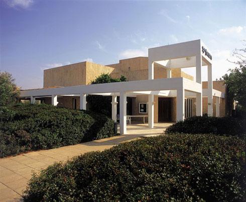 בית כנסת שתכנן בקיסריה. היה ממקימי הפקולטה לאדריכלות באריאל (באדיבות משרד מנדל מנדל אדריכלים)