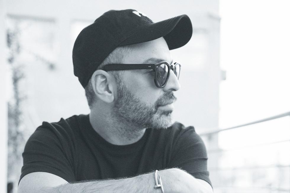 """סיימון אלמלם """"אני שונא צבעים, לובש רק שחור, והחוויה  במרוקו הפכה לי את הראש. חזרתי משם ופתאום אני משתמש בצבעים בהפקות אופנה, בבית ואפילו בבגדים שלי"""" (צילום: יניב אדרי)"""