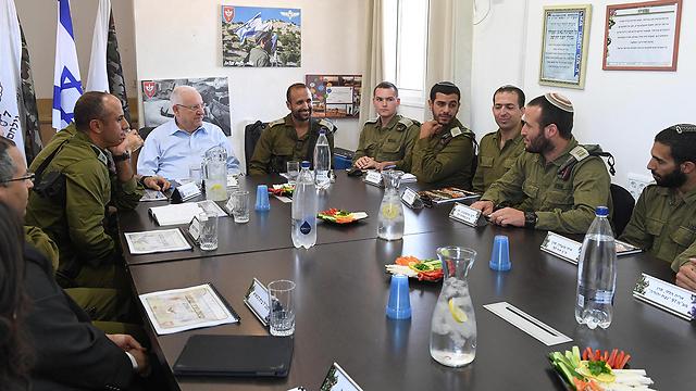 """ריבלין בפגישה עם מפקדי """"נצח יהודה"""" (צילום: מארק ניימן, לע""""מ)"""