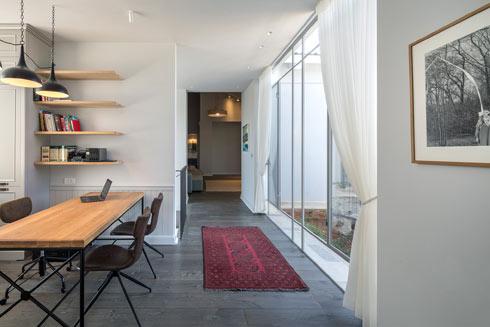 חדר העבודה מפריד בין חדרי הילדים ליחידת ההורים. הוא בנוי כחלל פתוח ללא דלתות (צילום: עוזי פורת)