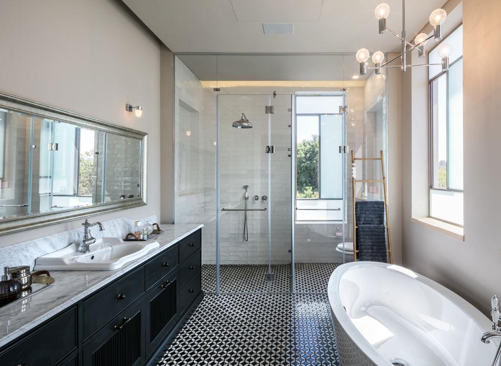 בחדר הרחצה של ההורים חיפוי רצפה בשחור-לבן ואמבטיה בהעמדה חופשית (צילום: עוזי פורת)