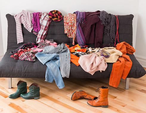 תעבירו הכל לחדר שאליו לא נכנסים האורחים - שאף אחד לא יידע שדקה לפני שהגיעו כך נראתה הספה (צילום: Shutterstock)