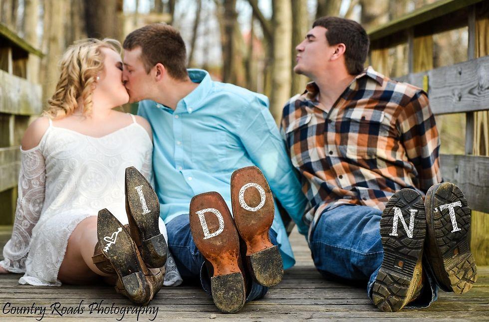תמונת האירוסין המצחיקה (צילום: LINDSEY BERGER WITH COUNTRY ROADS PHOTOGRAPHY)