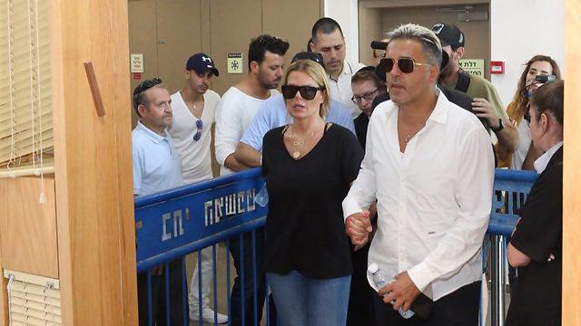 פרץ ואשתו ענבל בבית המשפט (צילום: מוטי קמחי)