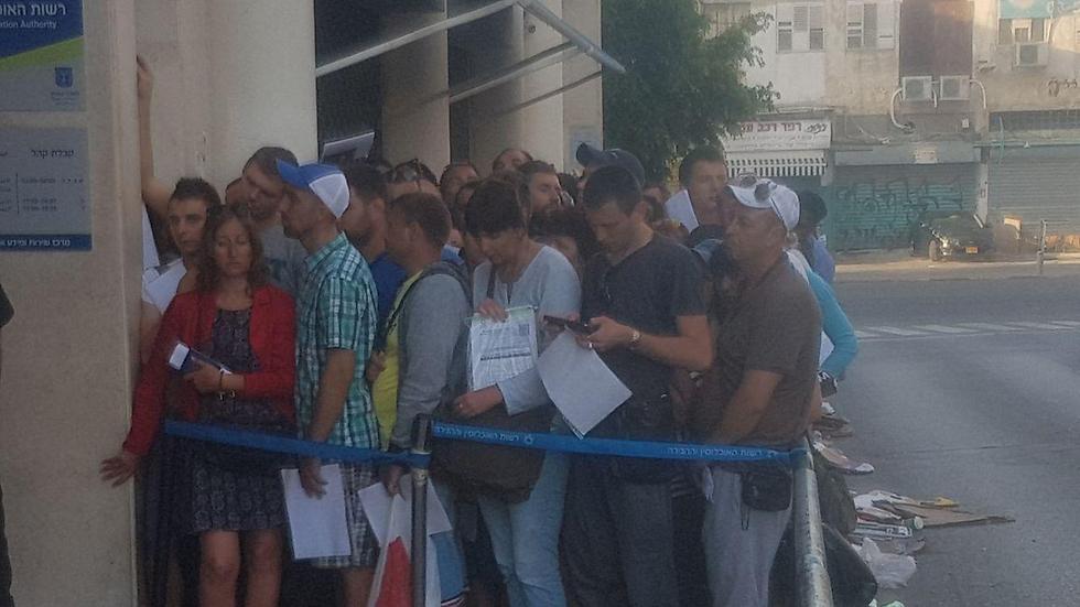 התור הארוך למשרדי רשות ההגירה (צילום: אסף קמר) (צילום: אסף קמר)
