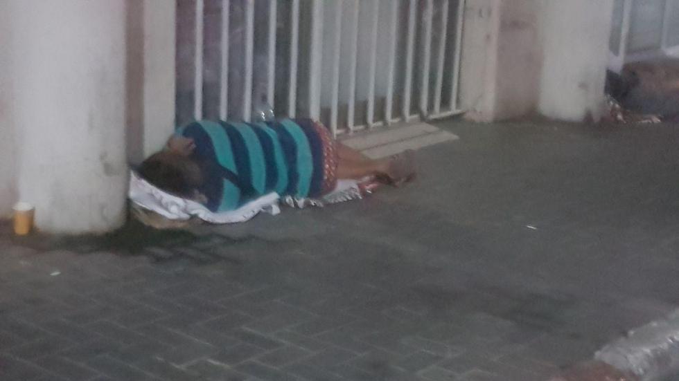 אזרחים זרים ישנו כמה לילות ברציפות כדי לשמור על התור (צילום: אסף קמר) (צילום: אסף קמר)
