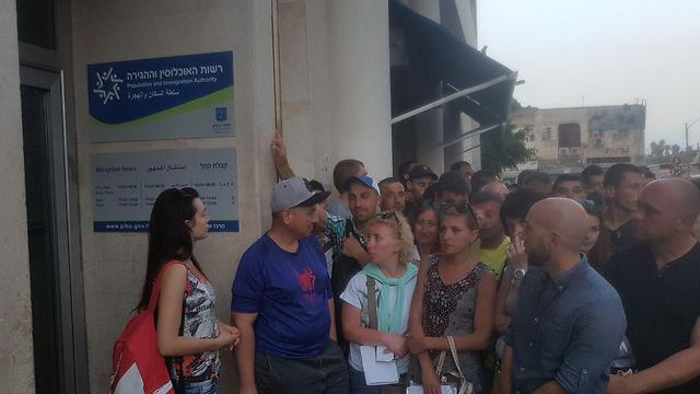 Очередь в Управление регистрации населения и иммиграции. Фото: Асаф Кемер
