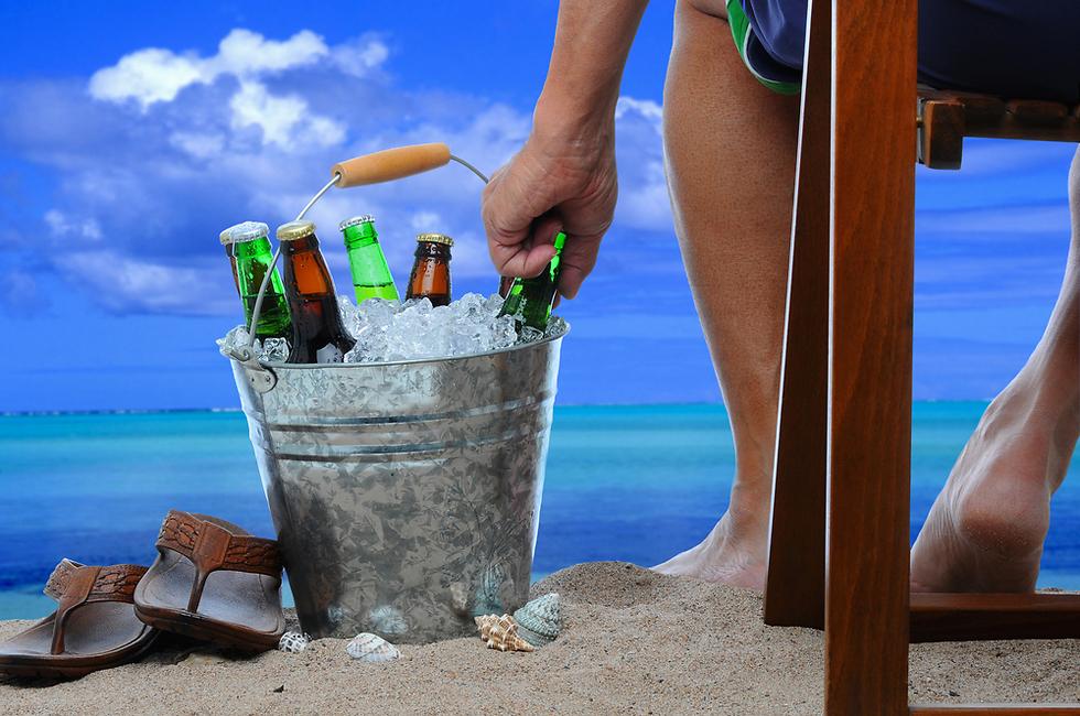 בלי בקבוקי זכוכית בחוף הים (צילום: shutterstock)