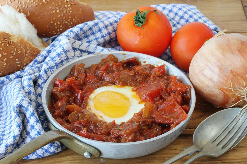 שקשוקה אדומה עם עגבניות ופלפלים (צילום, סגנון והכנה: אסנת לסטר)