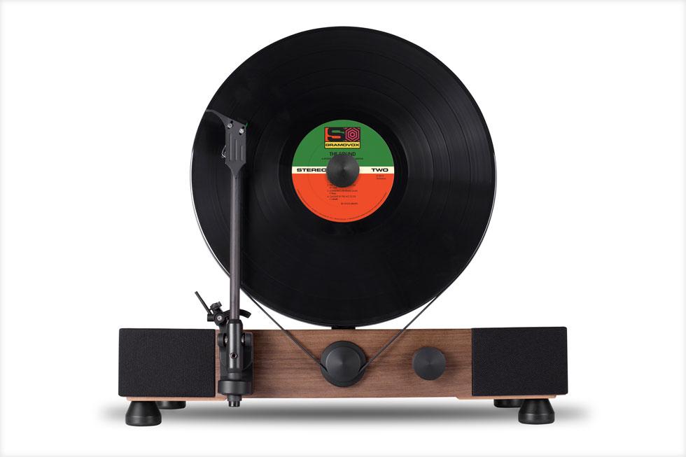 ''התקליט הצף'' של חברת gamovox, המתמחה במכשירי אודיו בסגנון וינטג'. התערוכה מציגה קלאסיקות לצד עבודות עכשוויות, שמבטאות את החידושים הטכנולוגיים (צילום: Gramovox)