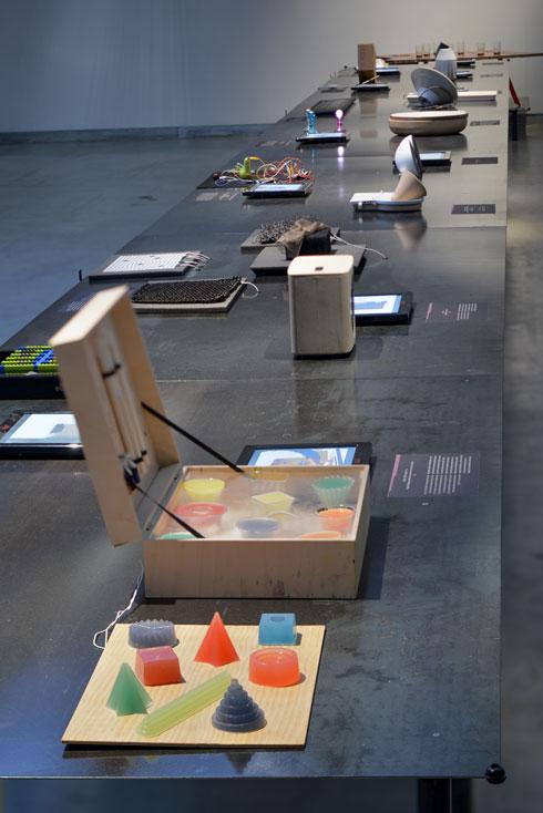שולחן שכולו הזמנה למשחק (צילום: שי בן אפרים)