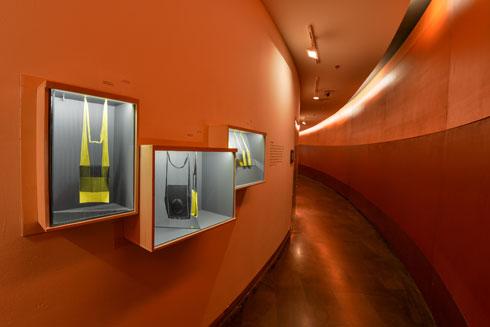 דנה חכים ברקוביץ' מציגה באחד המסדרונות תכשיטים מרשימים שמבוססים על רשתות רמקולים (צילום: שי בן אפרים)