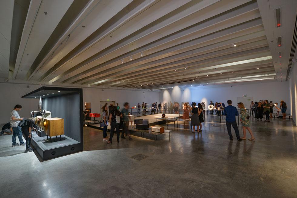 בגלריה העליונה אוסף מגוון של רמקולים מסוגים שונים ומתקופות שונות. במרכז החלל מסך שקוף, דמוי מיתרים (צילום: שי בן אפרים)