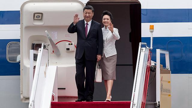 נשיא סין שי ג'ינפינג עם רעייתו פנג ליואנג נוחתים בהונג קונג (צילום: EPA)