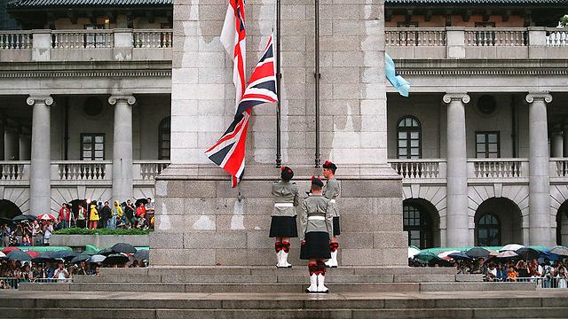 30 ביוני 1997 בריטניה מורידה את הדגל בהונג קונג לקראת העברת האזור לידי סין (צילום: AFP)