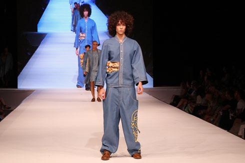 """פיתוחים על פריטי ג'ינס ואביזרים משבבי עץ. """"בת הנגר"""" של אורפז רוטנברג (צילום: הרצי שפירא)"""