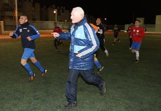 נחום תא-שמע. מעביר את הידע לדור הצעיר (צילום: אתר ההתאחדות לכדורגל)