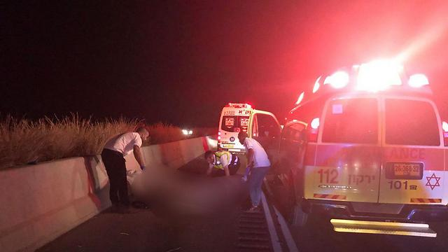 זירת התאונה הקטלנית, הלילה (צילום: יחזקאל איטקין) (צילום: יחזקאל איטקין)