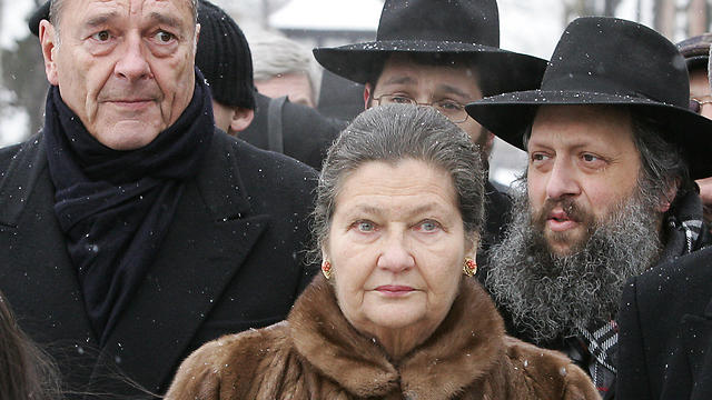Veil marking the 60th anniversary of Auschwitz's liberation in 2005 with then-President Chirac (Photo: AFP)