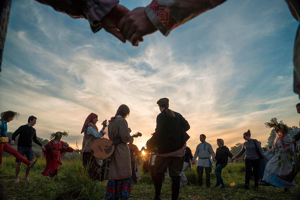 טקס פגאני לרגל יום ההיפוך ותחילת הקיץ בכפר גלובוקובו ברוסיה (צילום: AFP)