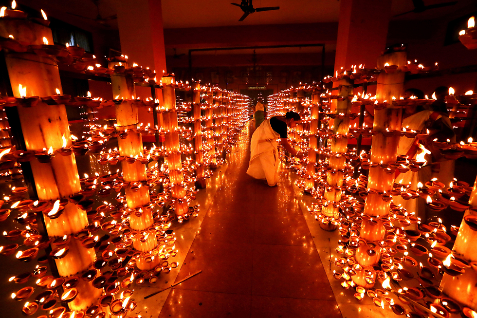 הדלקת נרות בטקס דתי במקדש בבופאל, הודו (צילום: EPA)