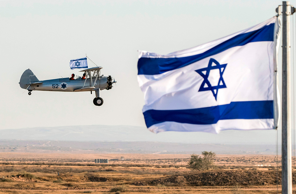 מופע אווירי בטקס סיום קורס טיס בבסיס חצרים, ישראל (צילום: AFP)