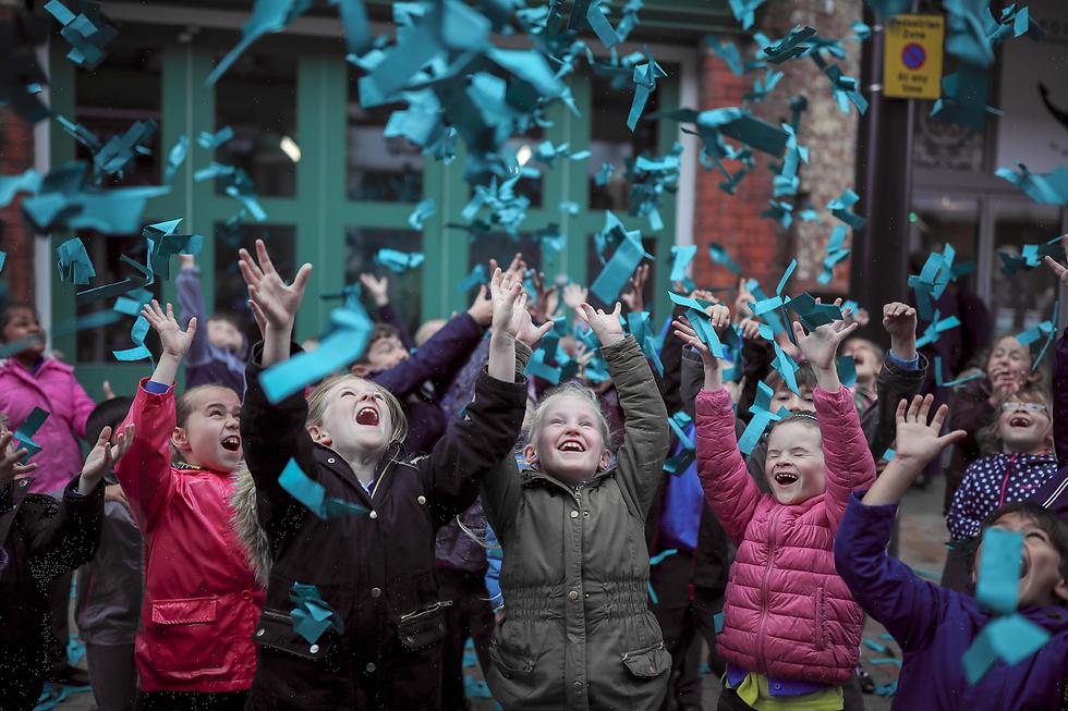 חברת נייר חושפת את הצבע האהוב בעולם, בתערוכה בהאל שבאנגליה (צילום: gettyimages)