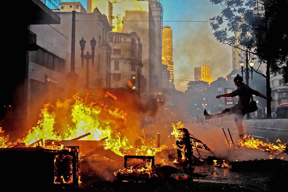 מהומות בסאו פאולו, ברזיל: מפגינים נגד רפורמות שהוביל הנשיא (צילום: EPA)