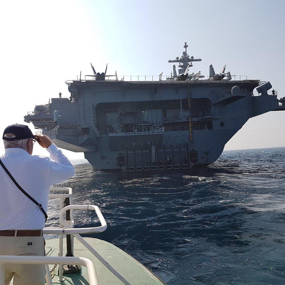 נתב הנמל מגיע לנושאת המטוסים, הבוקר (צילום: מומי גבאי נמל חיפה)