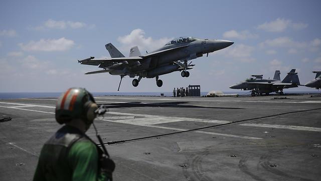 המטרה - דאעש. F-18 מעל נושאת המטוסים (צילום: AP) (צילום: AP)