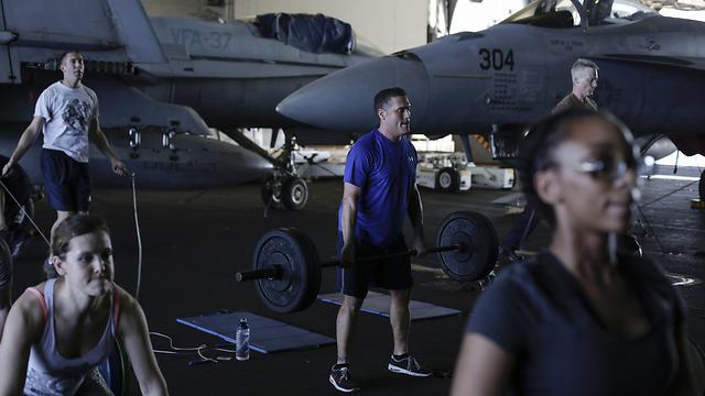 עושים ספורט על נושאת המטוסים (צילום: AP) (צילום: AP)