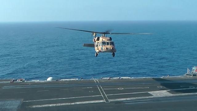 """מסוק צה""""ל נוחת על נושאת המטוסים (צילום: דובר צה""""ל) (צילום: דובר צה"""
