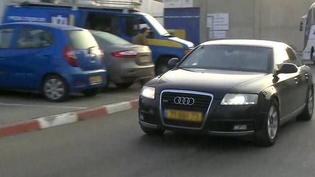מכונית השרד ובה אהוד אולמרט ביציאה מהכלא  (צילום: אבי חי) (צילום: אבי חי)