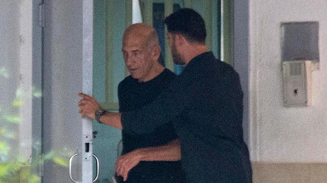 אולמרט בצאתו מבית הסוהר (צילום: AP) (צילום: AP)