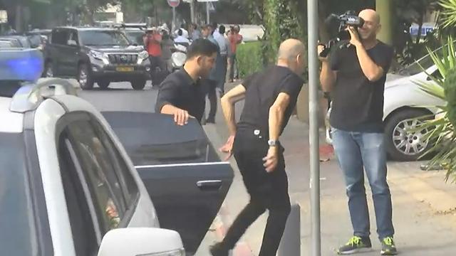 בדרכו לדירתו בתל אביב (צילום: עידו ארז) (צילום: עידו ארז)