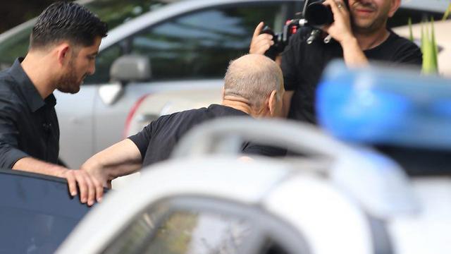אולמרט יצא מרכב השרד מחוץ לביתו בתל אביב (צילום: מוטי קמחי) (צילום: מוטי קמחי)