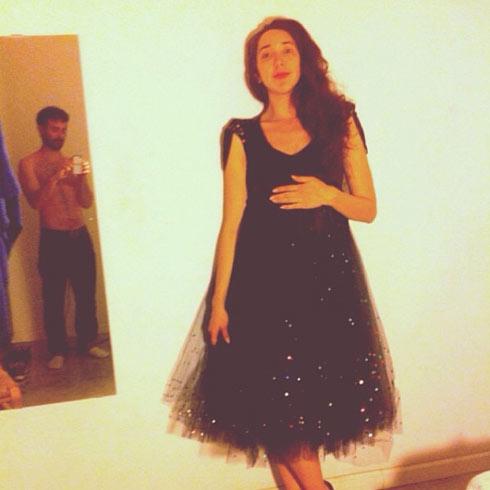 טליה דור בהיריון ובאותה שמלה, 2014. משמאל: בן זוגה, ניתאי גבירץ (צילום: אלבום פרטי)