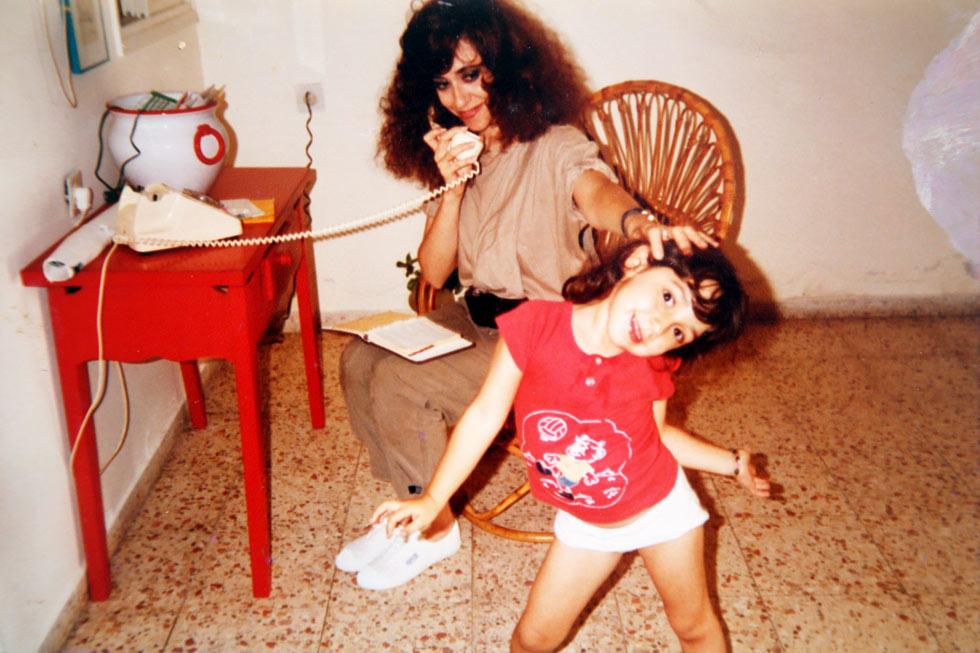 10. טליה דור בילדותה עם אמה, שלומית אהרון. הראיון איתה מעיד שהתפוח נפל די רחוק מהעץ (רפרודוקציה: יריב כץ)