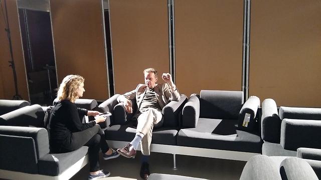 המעצב טום דיקסון על הספה שלו