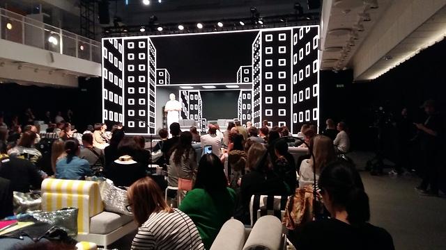 המעצב הראשי של איקאה, מרקוס אנגמן מדבר עם הקהל