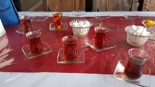 לקינוח, האזרים אוהבים להגיש תה חם ולצדו קוביות סוכר, בקלאווה, מאפים ממולאים באגוזים, עוגת סולת ועוד (צילום: רועי סמיוני) (צילום: רועי סמיוני)