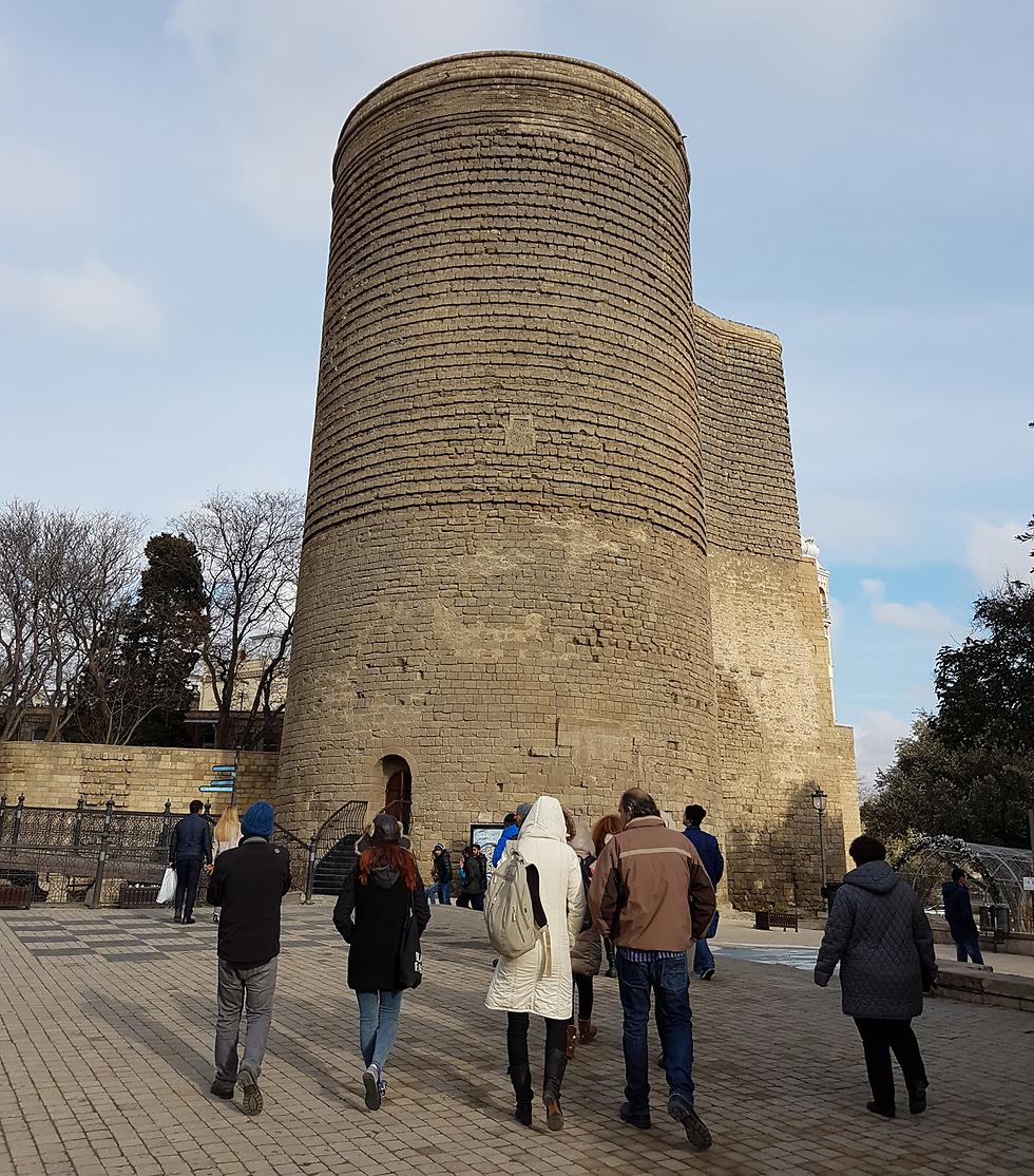 מקור השם של המגדל הוא בסיפור על נערות שנהגו לעלות לראש המגדל ולקפוץ ממנו. מגדל הבתולה בעיר העתיקה בבאקו (צילום: רועי סמיוני) (צילום: רועי סמיוני)