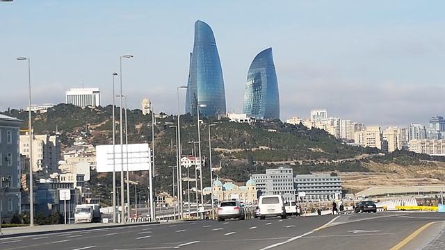 מגדל אחד משמש למגורים, בשני שוכן בית מלון והשלישי משמש בניין משרדים. מגדלי הלהבה בבאקו (צילום: רועי סמיוני) (צילום: רועי סמיוני)