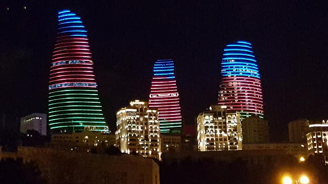 לצרפתים יש את מגדל אייפל, לאזרים יש את מגדלי הלהבה בבאקו (צילום: רועי סמיוני) (צילום: רועי סמיוני)