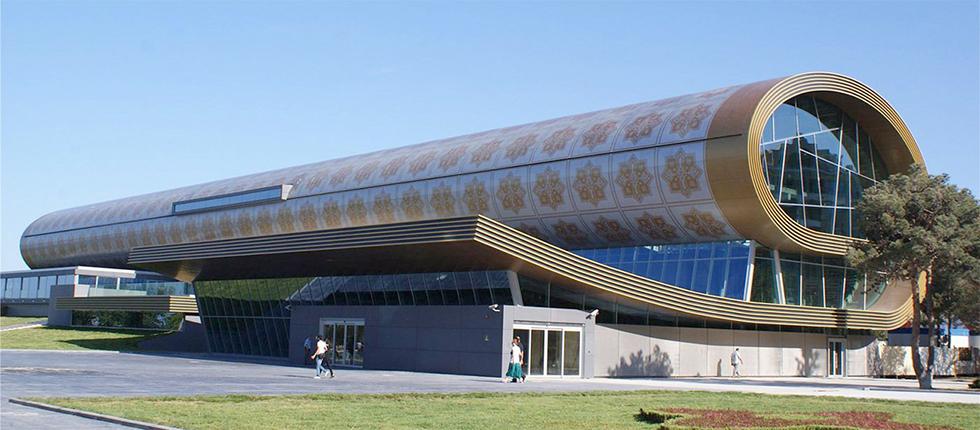 אחת הגאוות הלאומיות הגדולות של אזרבייג'ן. מוזיאון השטיחים בבאקו ()