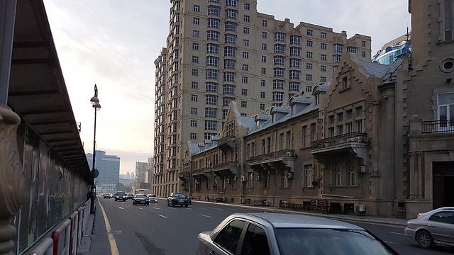 מכוניות פאר חדישות נוסעות בשדרות הרחבות של באקו לצד מכוניות רוסיות ישנות (צילום: רועי סמיוני) (צילום: רועי סמיוני)