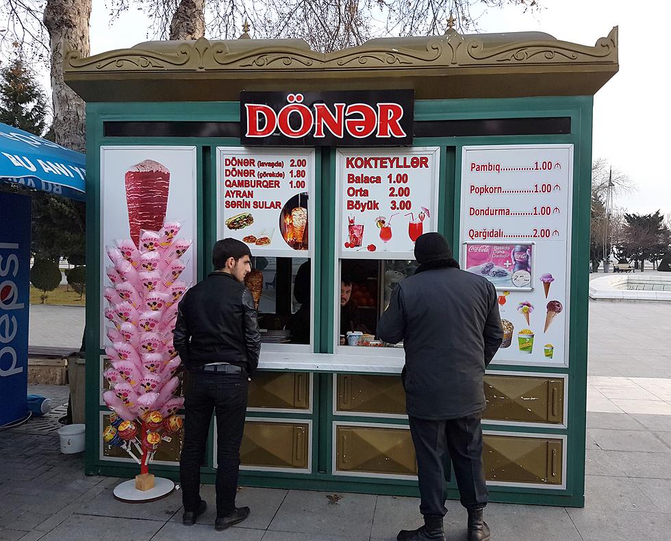 השווארמה זולה, לא תקנו? דוכן אוכל בטיילת בבאקו (צילום: רועי סמיוני) (צילום: רועי סמיוני)