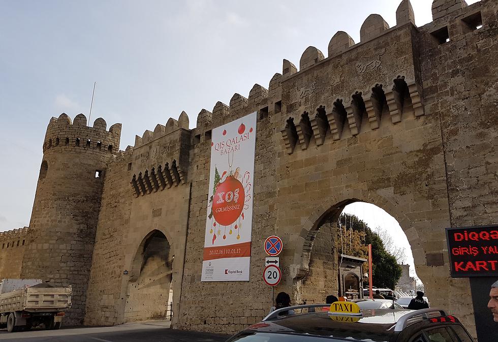 מסעדות, דוכנים ומוזיאונים. אחד משערי הכניסה לעיר העתיקה (צילום: רועי סמיוני) (צילום: רועי סמיוני)